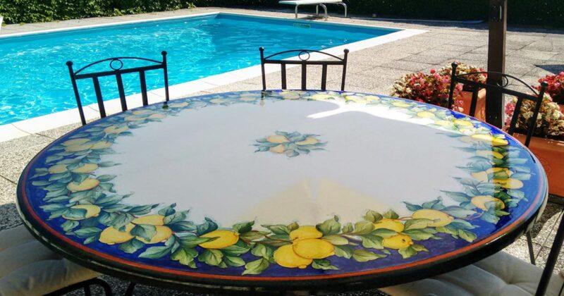 Tavolo in pietra lavica decorato a mano