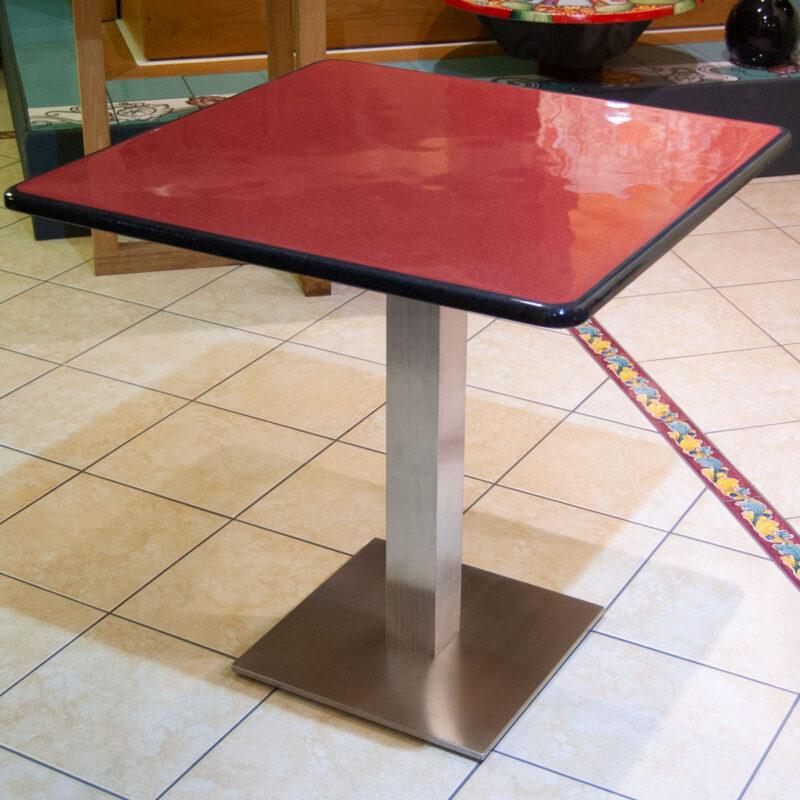 tavolo moderno con piano in pietra lavica colore rosso