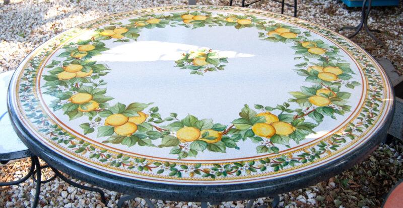 tavolo in pietra lavica con decoro limoni di sicilia decorato a mano