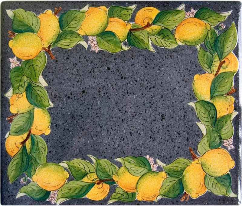 tavolo in pietra lavica rettangolare con sfondo pietra lucida e decoro limoni