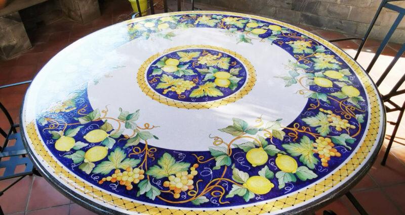 Tavolo in pietra lavica lucido decorato a mano