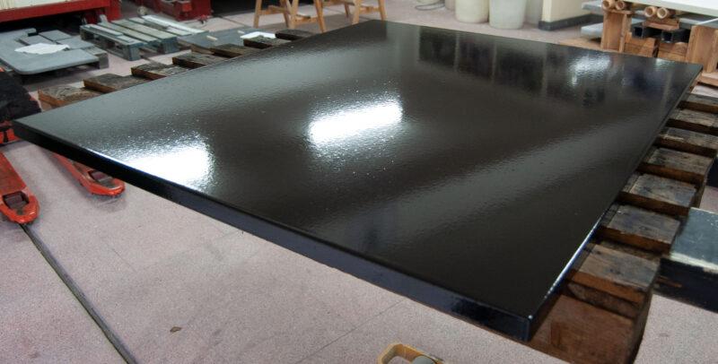 tavolo in pietra lavica moderno color nero lucido