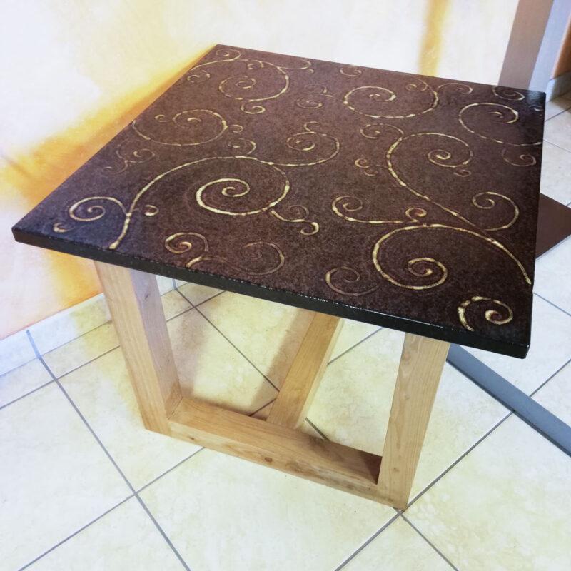tavolo moderno in pietra lavica color rame e decoro realizzato a mano
