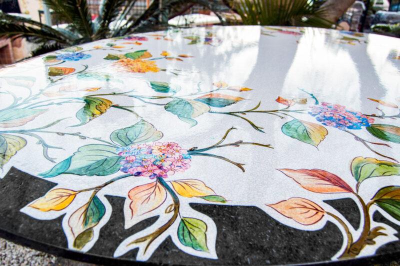 Tavolo in pietra lavica ceramizzato e decorato a mano