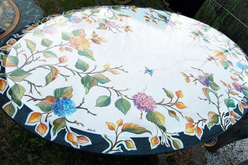 tavolo ovale in pietra lavica con brodo largo lucido e piano decorato a mano