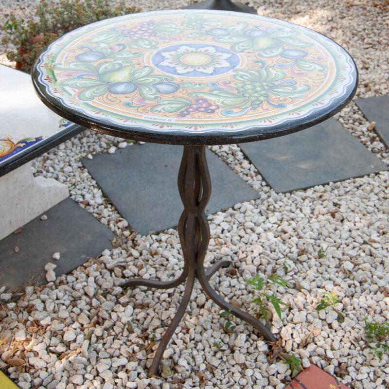 tavolo in pietra lavica per bar decorato a mano