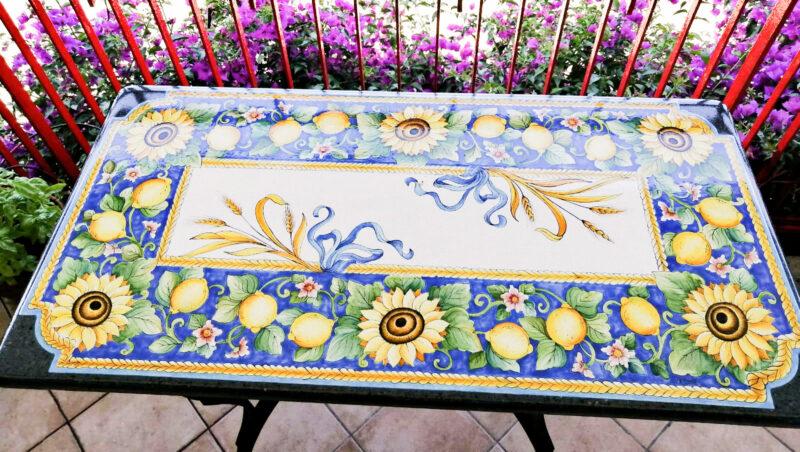 Tavolo in pietra lavica con decoro girasoli, limoni e spighe di grano