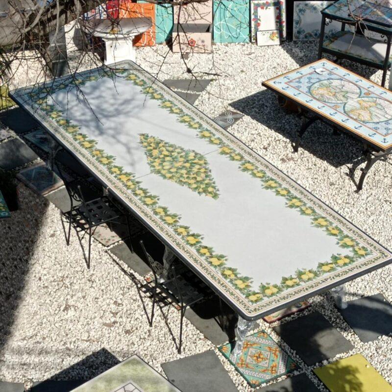 Tavolo in pietra lavica grande dimensione realizzato su 2 pezzi di pietra lavica ceramizzata e decorata a mano
