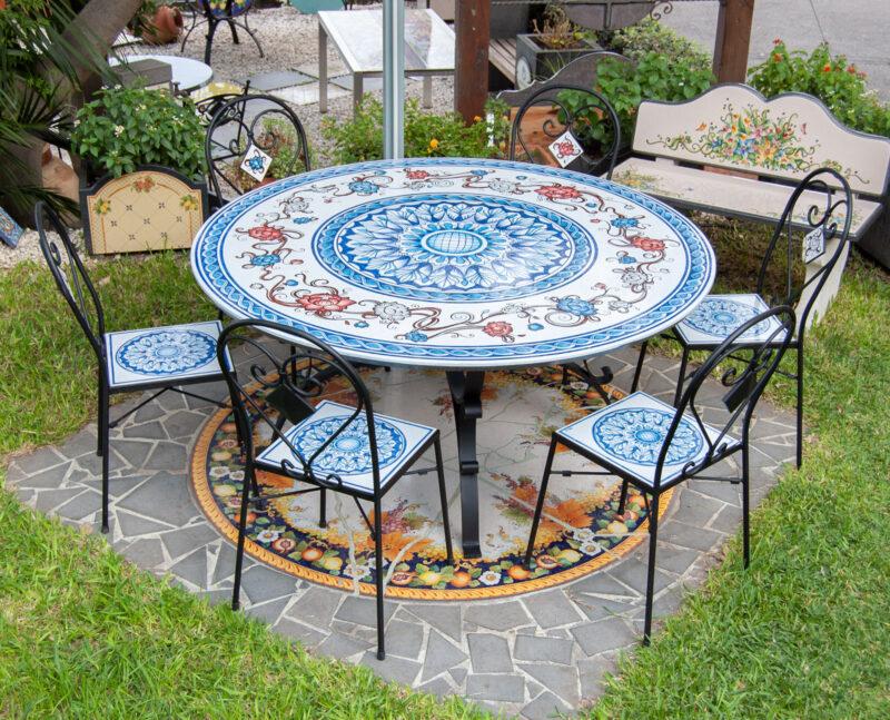 Arreda il tuo giardino con un tavolo in pietra lavica decorato a mano