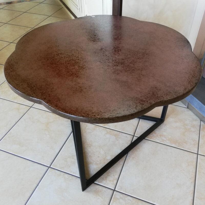 tavolo moderno in pietra lavica con base in ferro