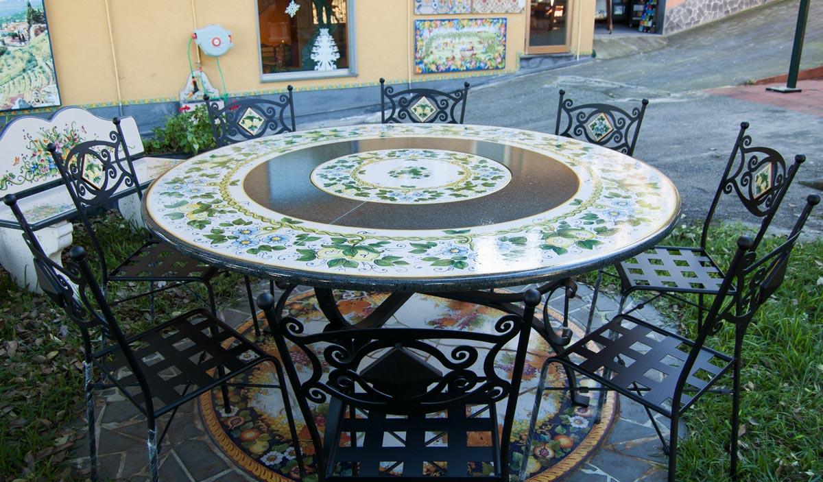 Tavolo In Pietra Lavica Con Centrale Girevole Decorato A Mano Artesole
