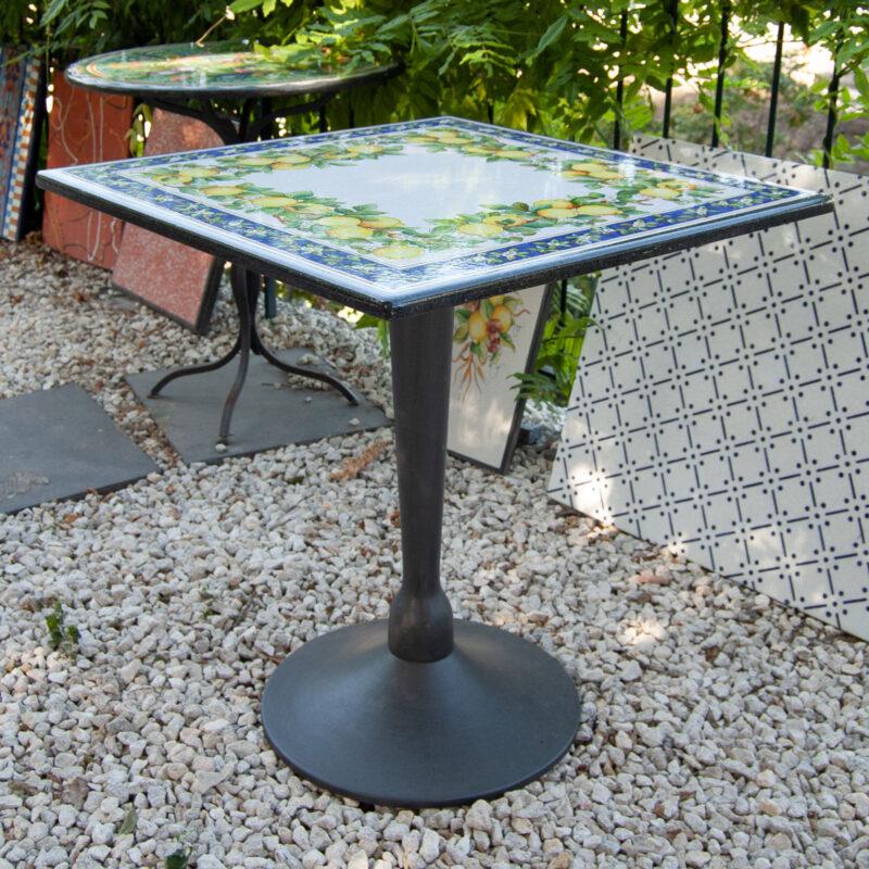 tavolo quadrato decorato a mano con decoro limoni