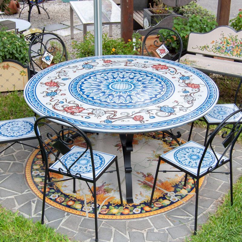 tavolo rotondo in pietra lavica con sedie