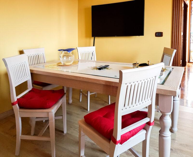 Tavolo da salotto in legno massello con incasso in pietra lavica decorata a mano