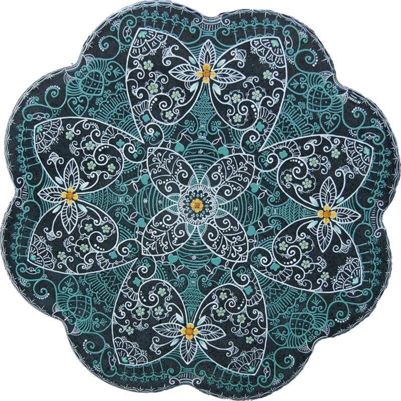 tavolo in pietra lavica smerlato con decoro fiori notturni