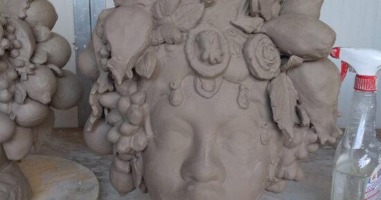 La testa di Moro Donna è stata completata con l'applicazione degli addobbi Foglie, Melograni, Fichi d'india, limoni, fiori ecc.