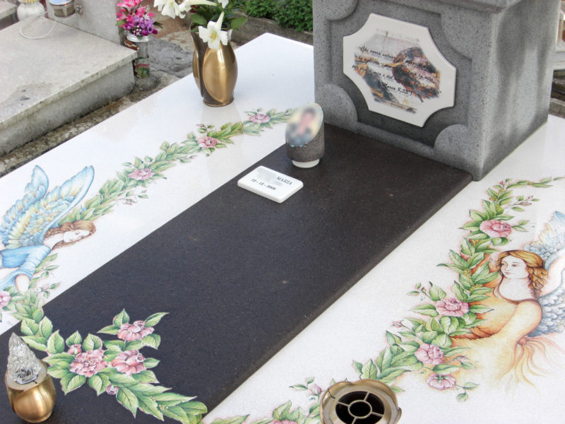 tomba in pietra lavica con decoro angeli dipinti a mano