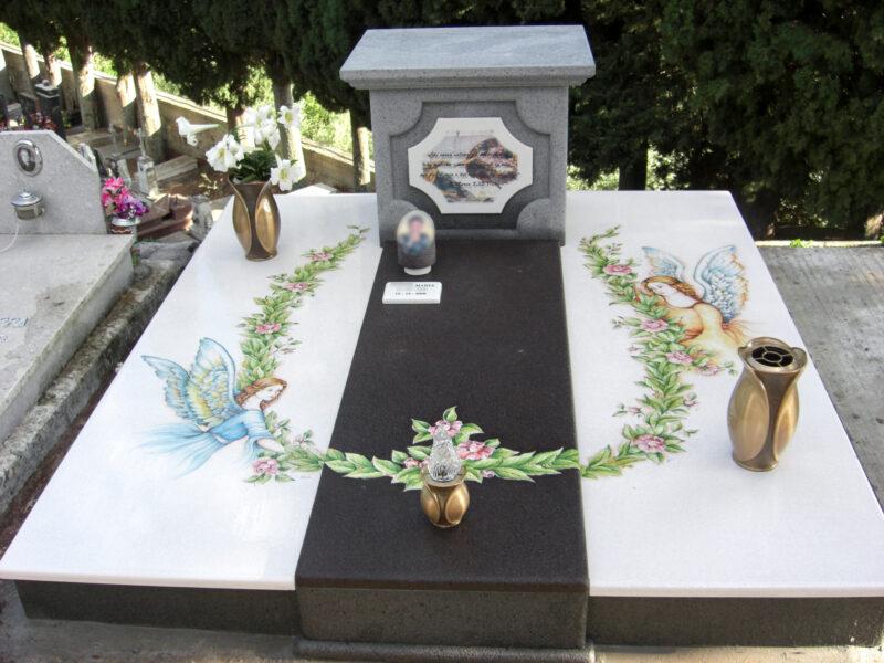 monumento funebre in pietra lavica dell'Etna decorata a mano