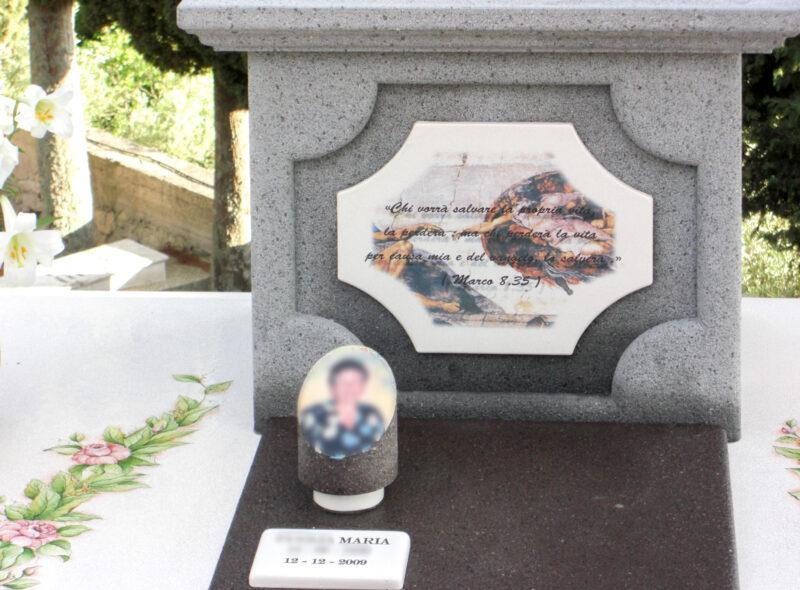 Tomba con porta statua e scritte personalizzate