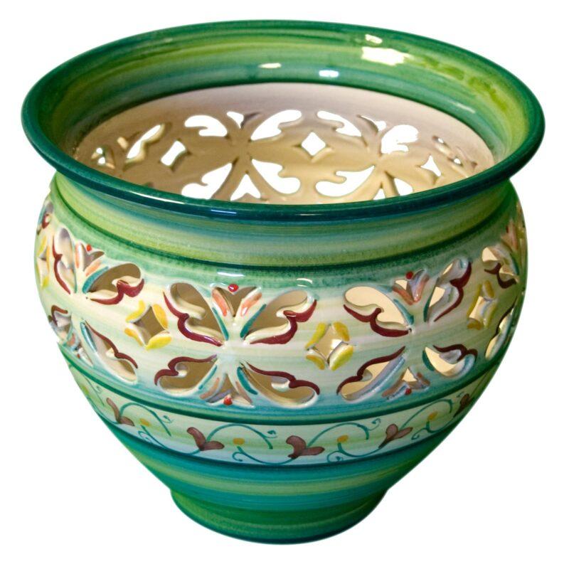 Vaso in ceramica traforato decorato a mano