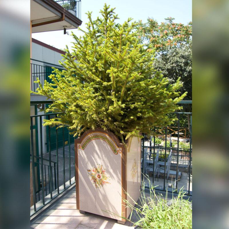 vaso porta albero in pietra lavica decorata a mano